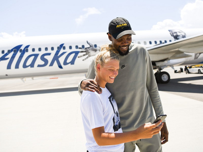 19bf152a9e6 Kevin Durant surprises nearly 50 youth basketball players on  Flight ...
