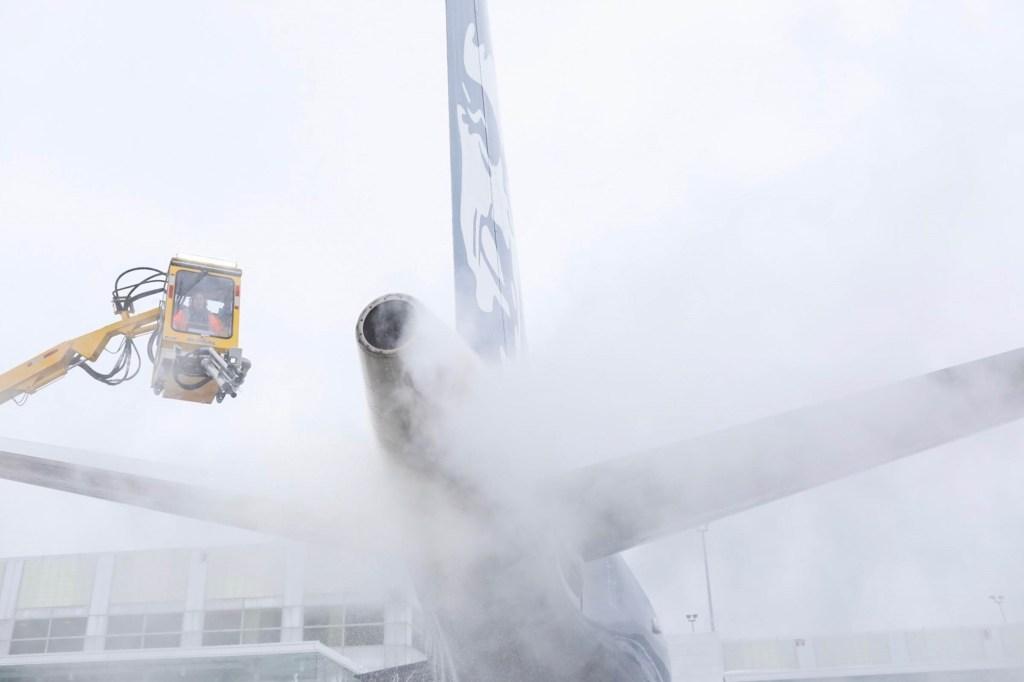 Alaska jet gets deiced at Sea-Tac